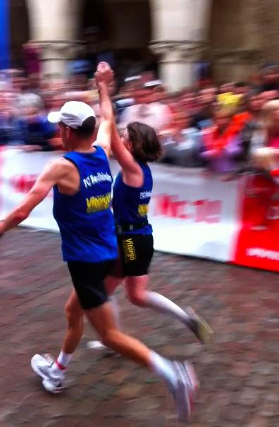 Zieleinlauf beim Münster Marathon der Vitargo Sportler Christine und Holge