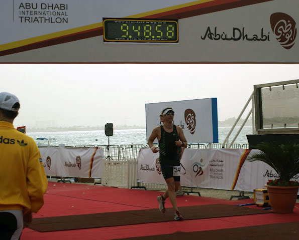 Mit Vitargo beim Abu Dabi Triathlon 2012 - Rolf Basse im Ziel