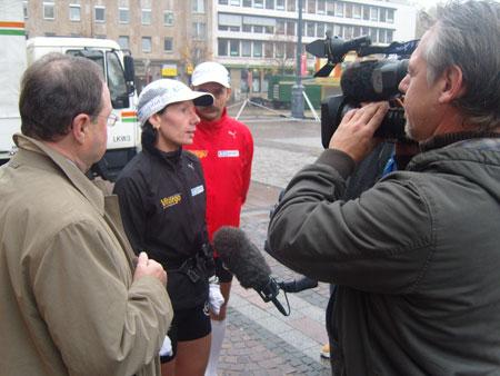 Start in Dortmund - 2. Etappe Laufen gegen Krebs - Thomas Wenning und Claudia Weber mit Bügermeister Miksch in Dortmund